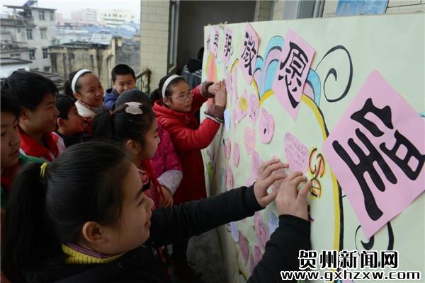 """同学们将写好的新学期""""微""""愿望卡片贴上心愿墙."""